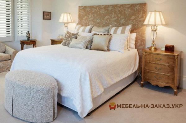 кровать лососевого цвета