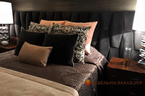 черная кровать с подушками