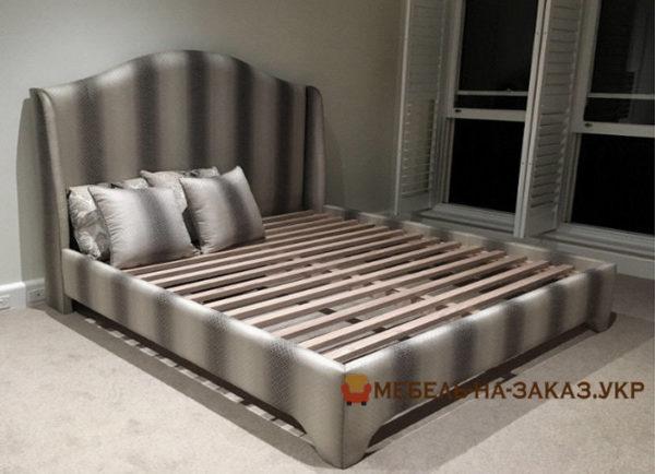 полосатая кровать