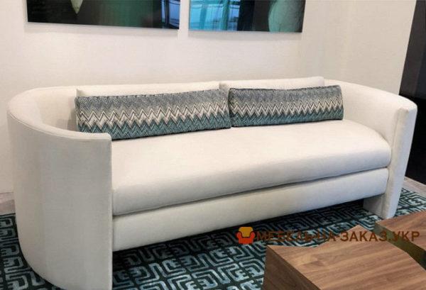 белый диван с закругленными боковинами