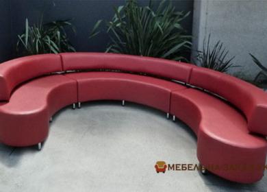 круглый диван красного цвета