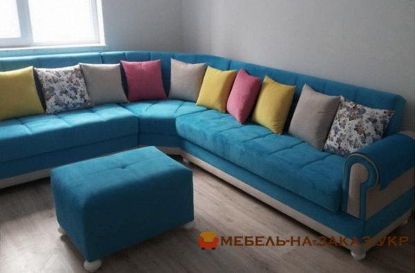 большой угловой диван с подушкам синего цвета