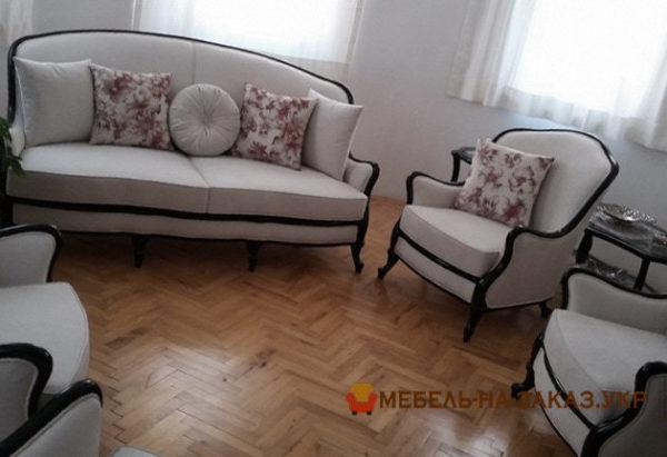 изготовление мягкой мебели с белой обивочной тканью