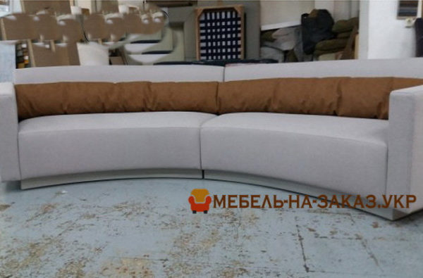 прямой полукруглый белый диван в цеху