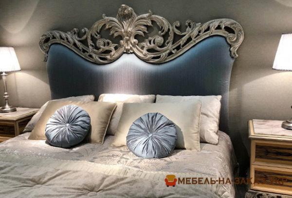 Синяя кровать с королевским изголовьем