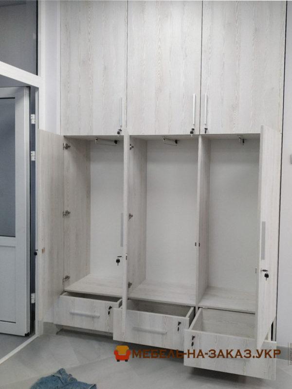 шкаф в коридор офиса