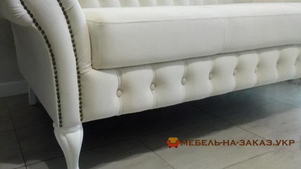 белый диван честер для кухни с каретной стяжкой
