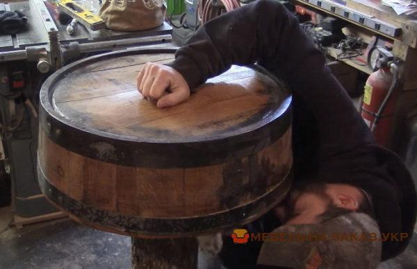 стол из деревянной бочки