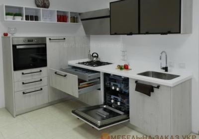 Белая угловая кухня с открытыми ящиками