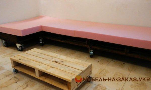 угловой диван из деревянных паллет