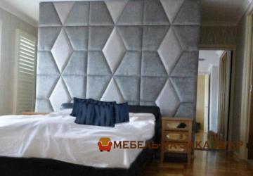 кровать с изголовьем на стене