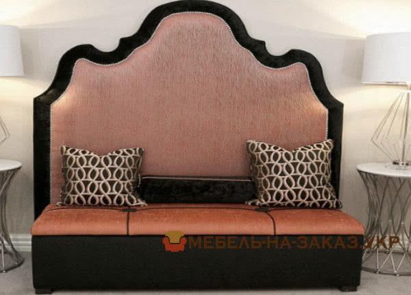 красные кровати с подушками