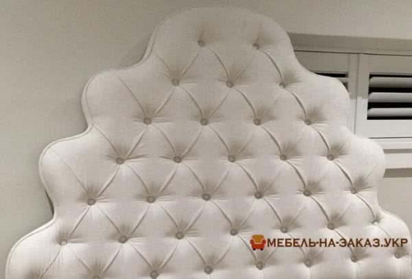 Кровать с каретной стяжкой белого цвета