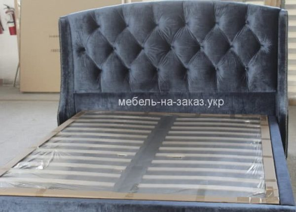 Кровать голубая с каретной стяжкой