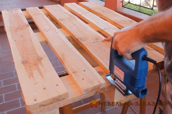 скамейка из деревянных паллет на заказ