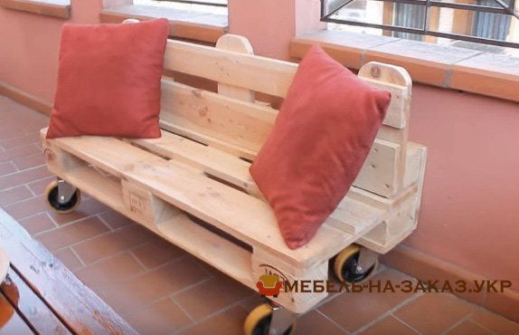 изготовление скамейки из поддонов с мягкими подушками в Киеве