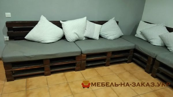 угловой диван и тумба из деревянных поллетов