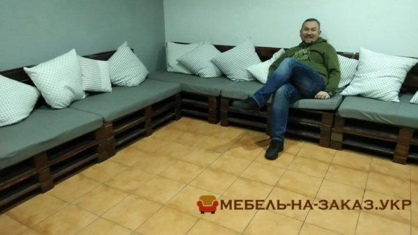 Рожнятовский Коля на диване из деревянных поддонов