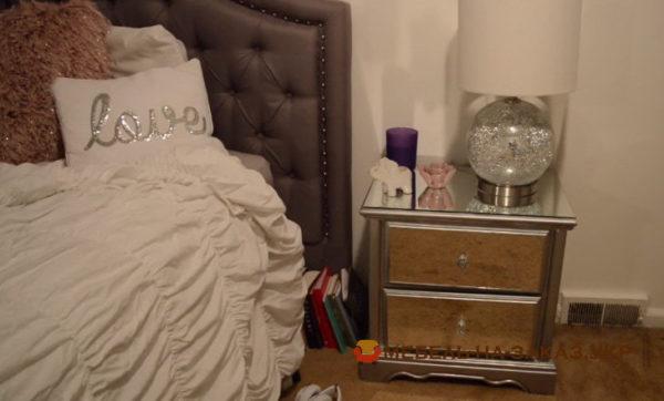 тумба с зеркалами и кровать