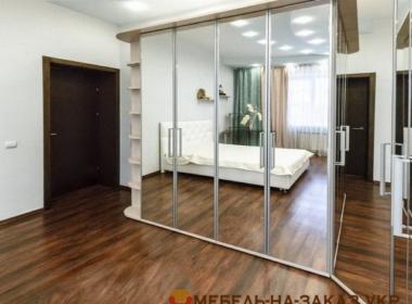 зеркальный шкаф в гостину