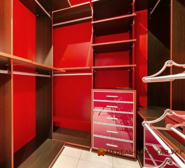 авторская гардеробная мебель красного цвета