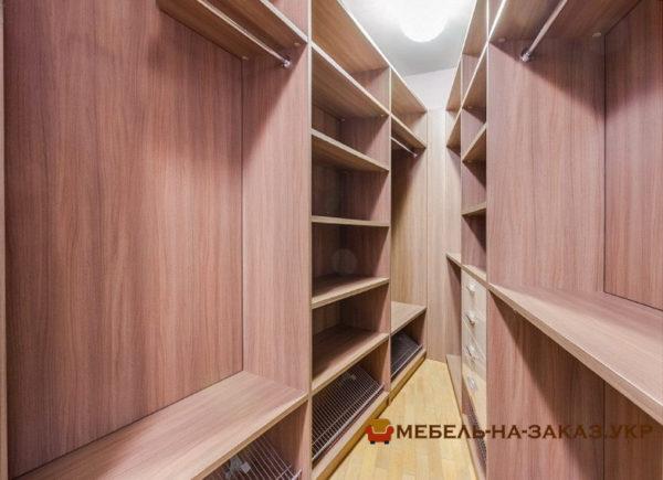 меблировать гардеробную комнату на заказ
