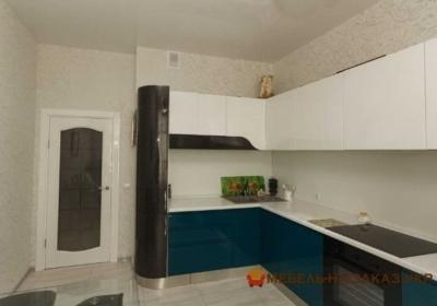 Угловая бело-синяя кухня
