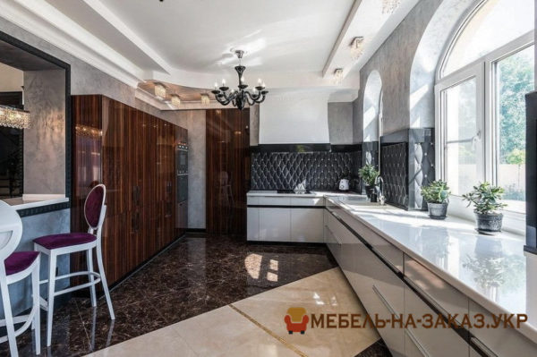 классическая деревянная кухня на подоконнике на заказ