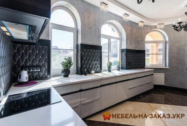 классическая деревянная кухня на подоконнике с подокойниками