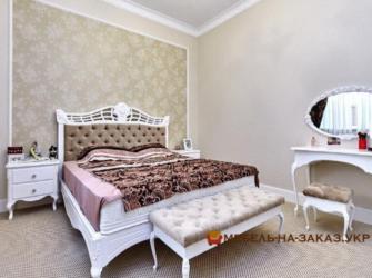 кровать с пуфиком в классическом стиле