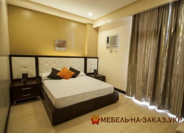 деревянная кровать с мягкими вставками