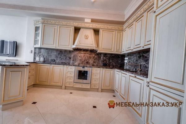 кухня угловая с потолочной классической вытяжкой