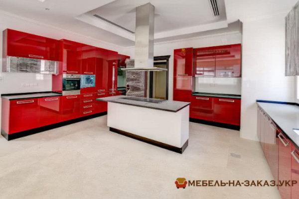 Кухня с кухонным островом красного цвета