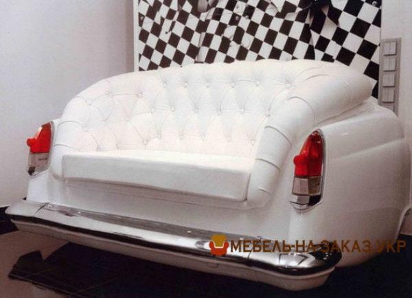 Мягкая мебель из деталей автомобиля белого цвета