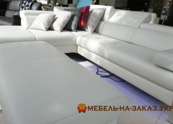 угловая мягкая мебель с подушкамим белого цвета