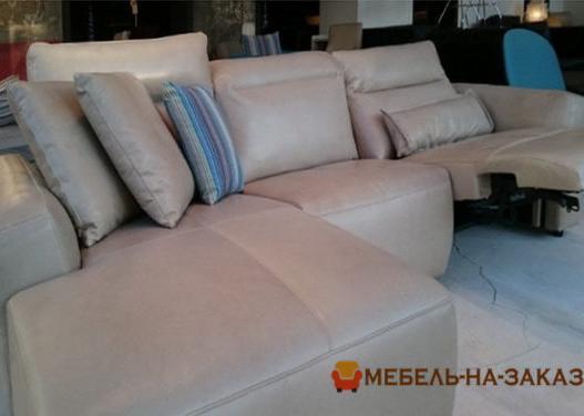 угловая мягкая мебель с подушками