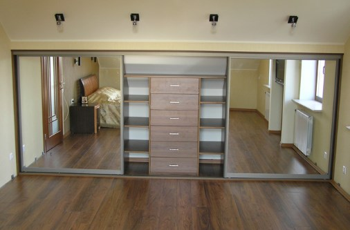 шкаф в спальню в мансарду