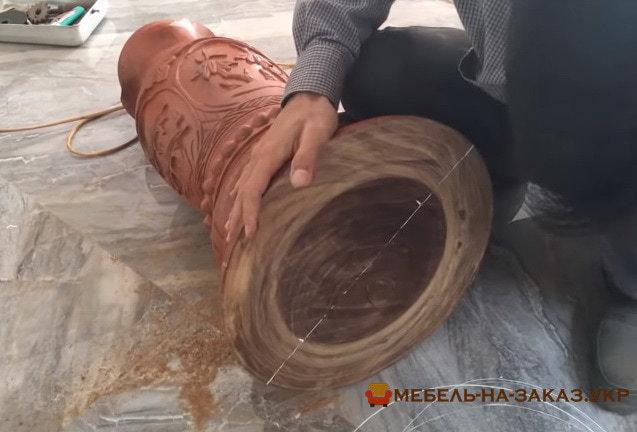 большая деревянная опора для деревянной лестницы