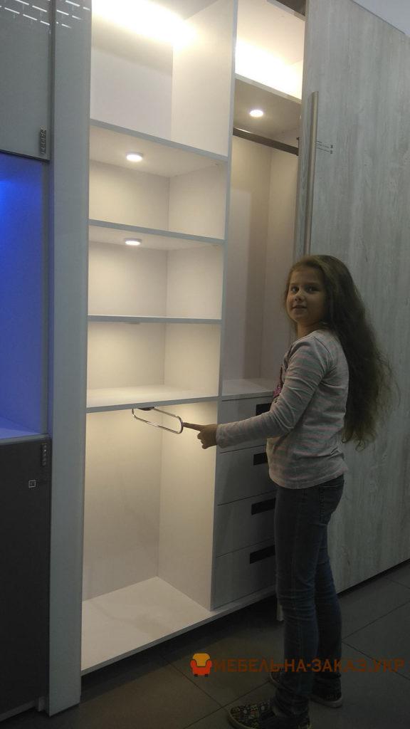 заказной шкаф-купе для коридора с подсвевткой