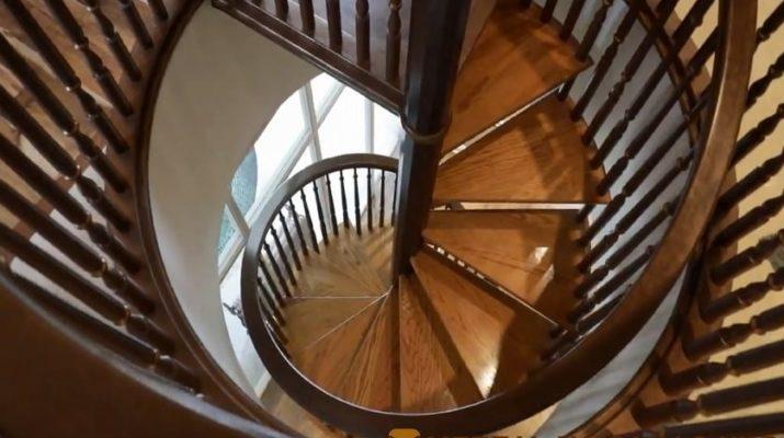 круговая лестница на третий этаж из дерева