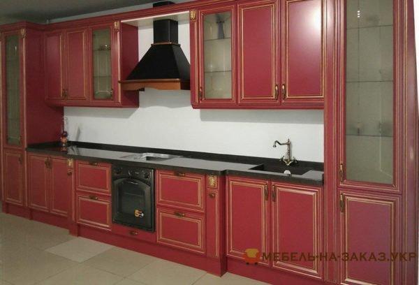 красная кухня с патиной