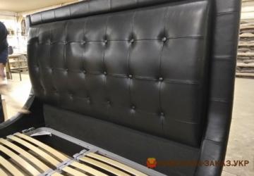 коженная черная кровать честер