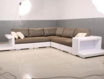 серобелый диван угловой