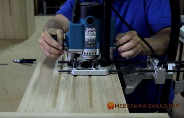 установка деревянной кухни с резьбой