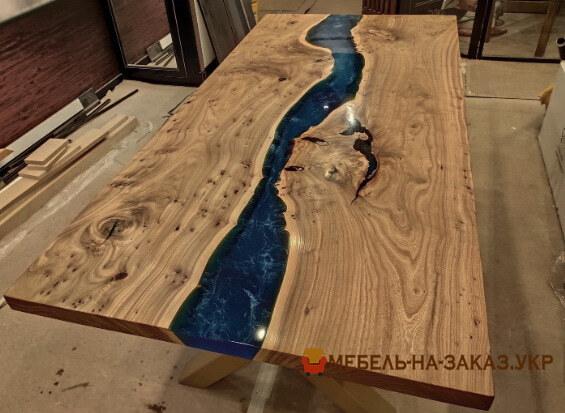 Обеденный стол-река из слэбов ясеня с заливкой на заказ