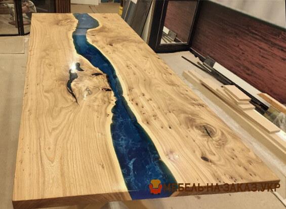 Обеденный стол-река из слэбов ясеня с заливкой