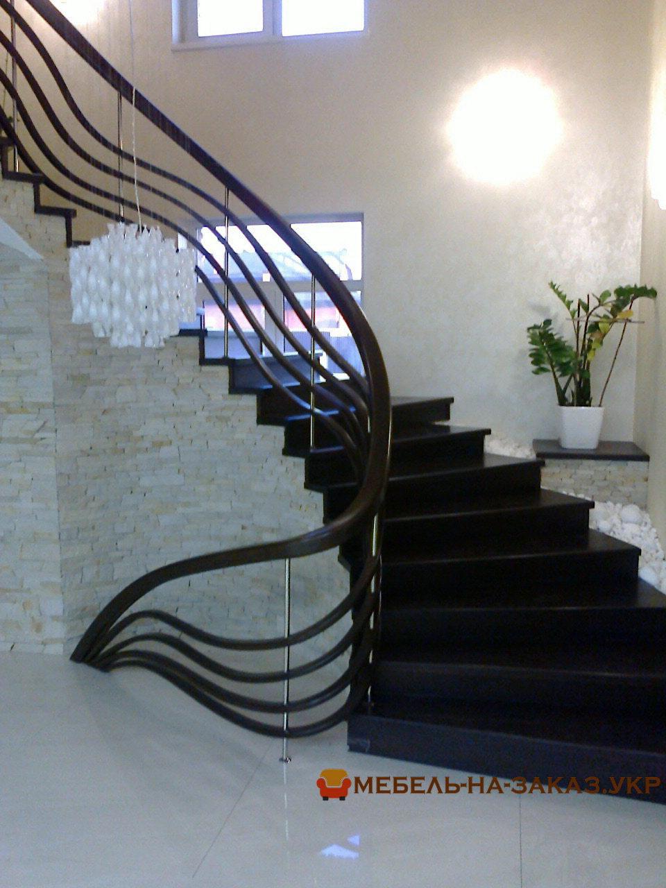 закругленая лестница на второй этаж жома