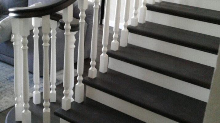 лестница белого цвета с белыми балясинами