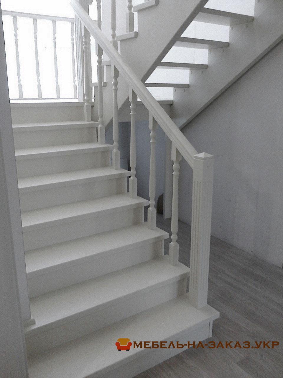 светлая двух маршевая лестница
