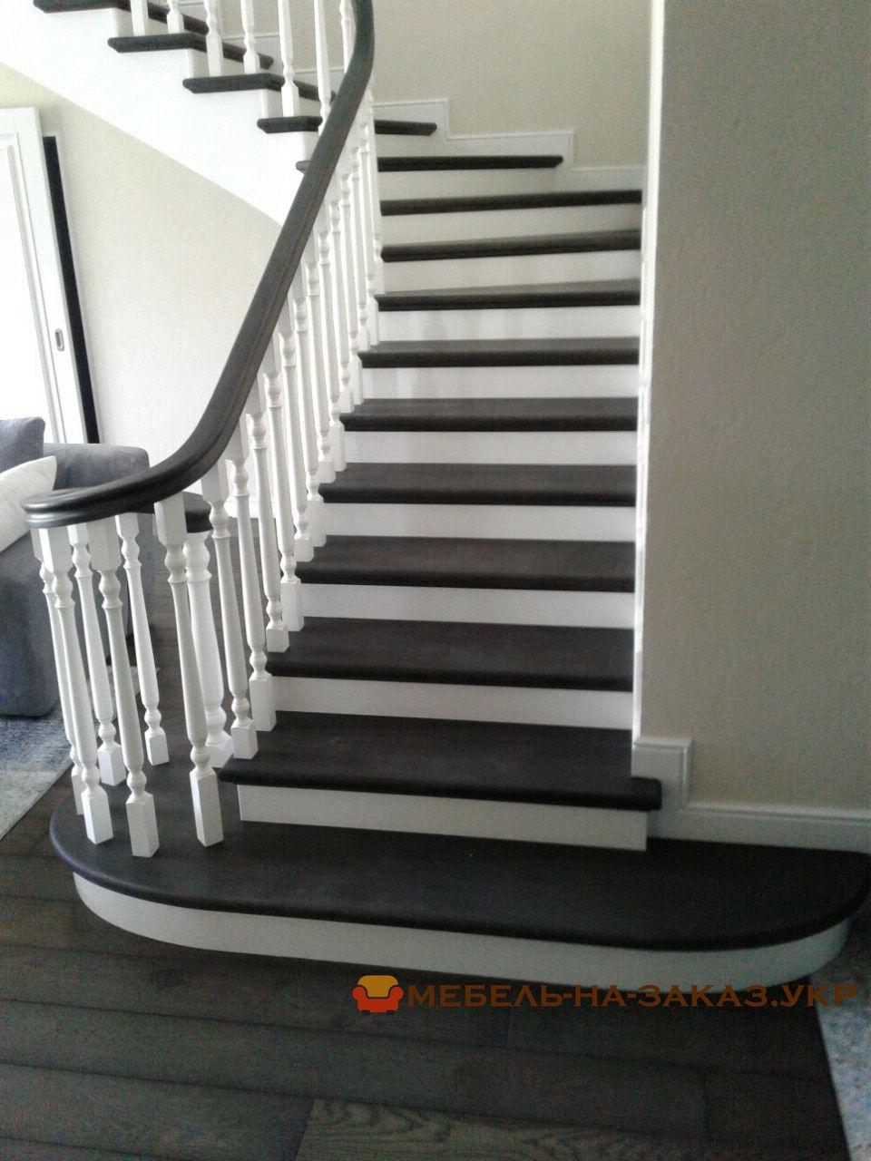 лестница из бетона с дубовыми ступеньками